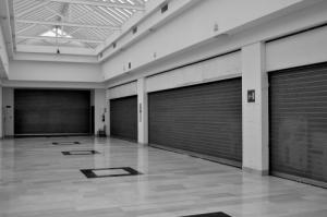 2-saracinesche-abbassate-negozi-chiusi.jpg