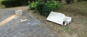panchina schiantata dall'albero.jpg